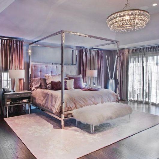 tapete rosa claro com texturas discretas em quarto de casal