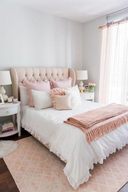 tapete rosa claro em quarto de casal romântico