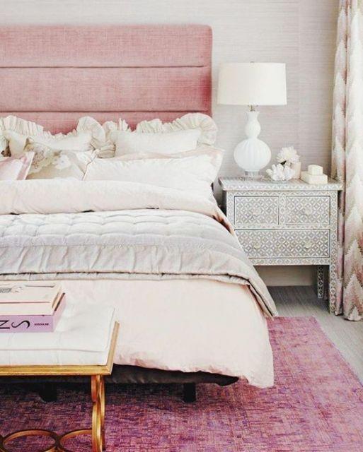 tapete rosa pink com tons de roxo em quarto de casal