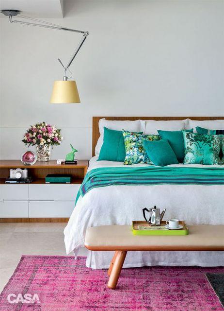 tapete rosa pink em quarto de casal com decoração verde