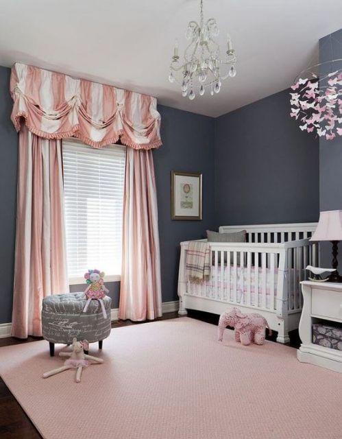 tapete rosa claro em quarto de bebê cinza
