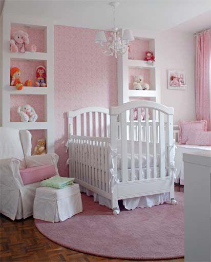 tapete rosa claro redondo em quarto de bebê