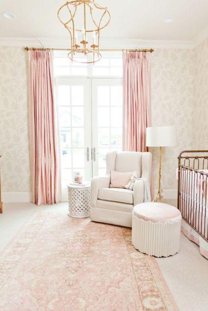 tapete rosa claro com desenhos em bege em quarto de bebê