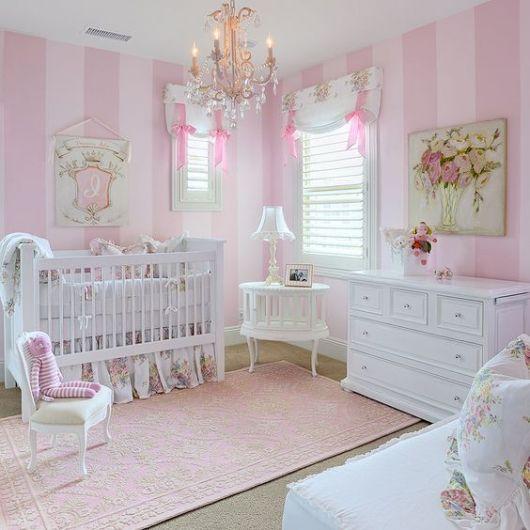 tapete rosa claro com textura em quarto de bebê