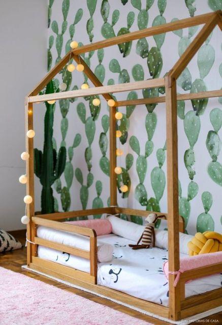 tapete rosa bebê felpudo em quarto de criança com parede com estampa de plantas