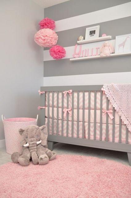 tapete rosa claro redondo felpudo em quarto de bebê