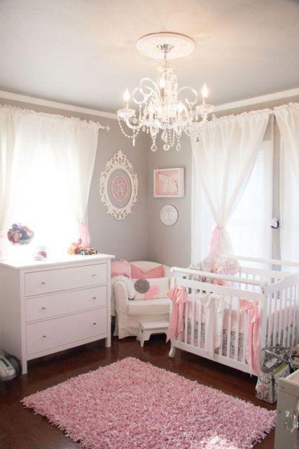tapete rosa claro felpudo em quarto de bebê