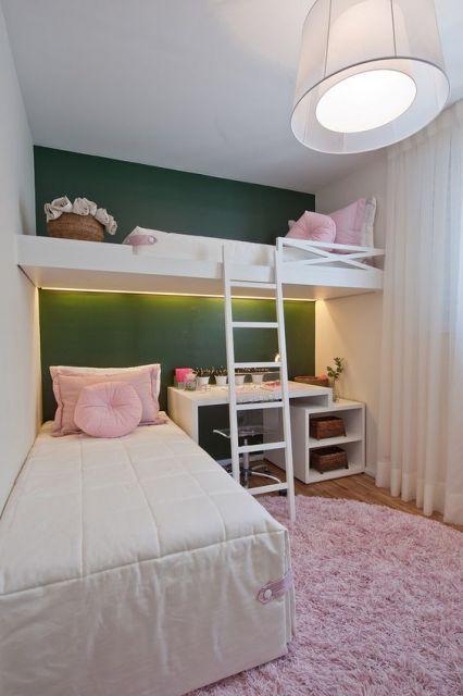 tapete rosa claro felpudo em quarto de adolescente
