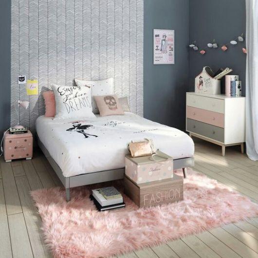 tapete rosa claro felpudo em quarto com decoração em cinza