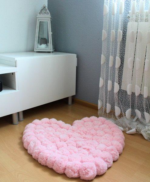 tapete rosa claro felpudo em formato de coração