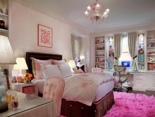 tapete rosa pink felpudo em quarto de casal