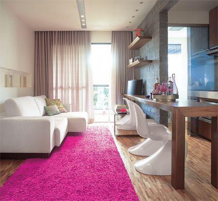 tapete rosa pink em sala de TV com sofá branco