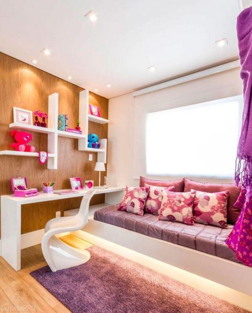 tapete rosa em quarto com decoração rosa e roxa