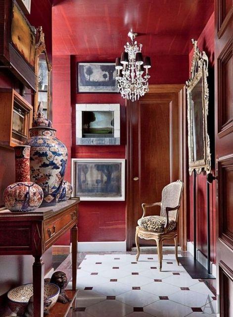 Cômodo com tons de vermelho e marrom, com vasos chinês.