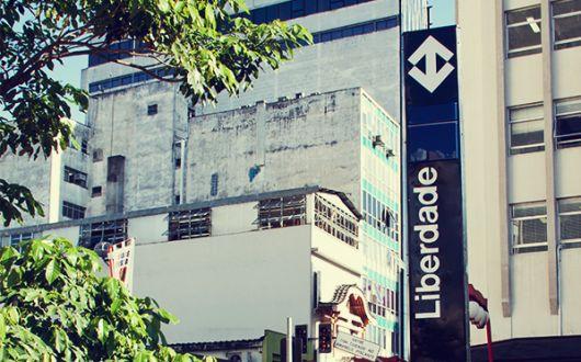 Foto da placa de metrô do bairro Liberdade, em São Paulo.