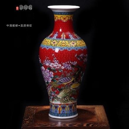 Vaso vermelho com desenhos coloridos.