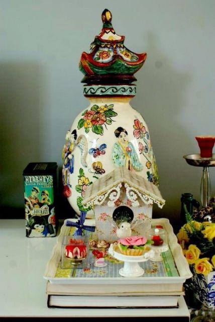 Vaso chinês colorido com outros itens decorativos.
