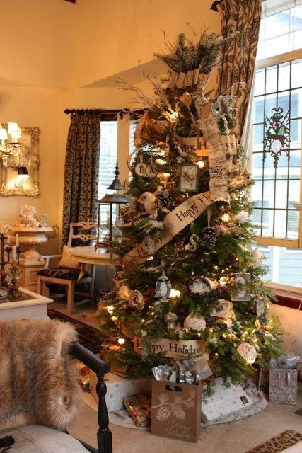 árvore de natal dourada com fita temática