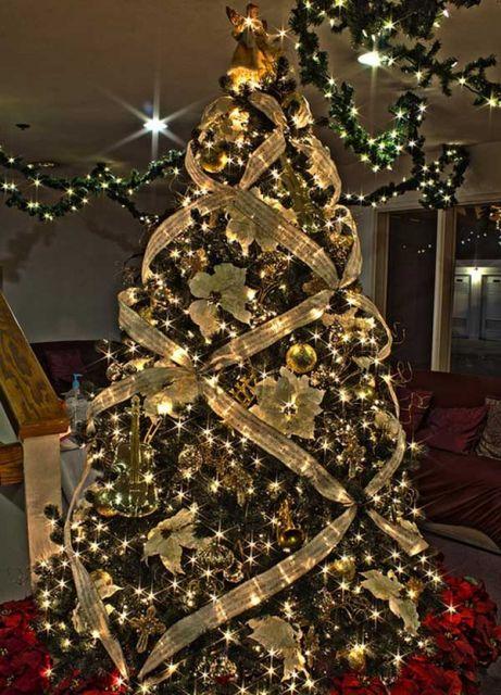árvore de natal dourada com fita dourada
