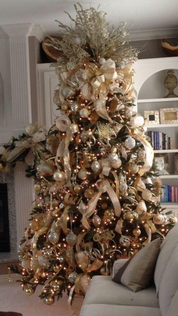 árvore de natal dourada com fitas da cor champanhe