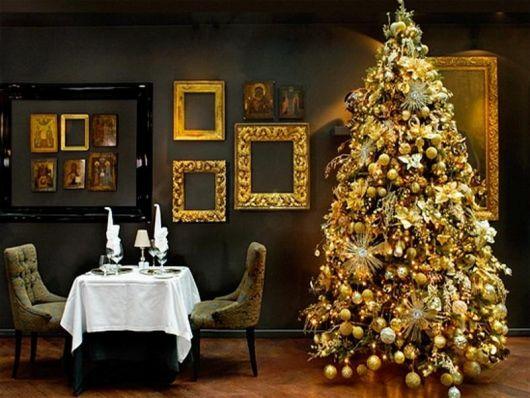 árvore de natal dourada em sala de jantar