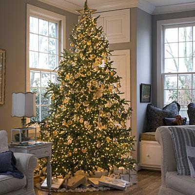 árvore de natal dourada com iluminação própria