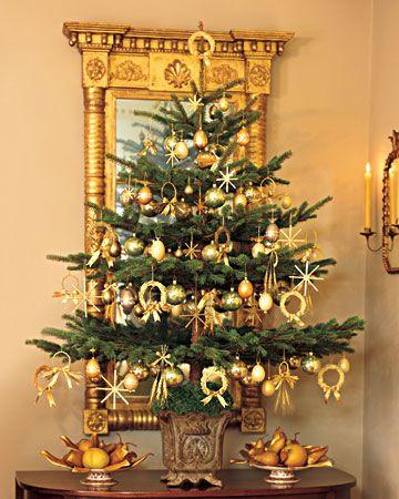árvore de natal dourada para mesa pequena