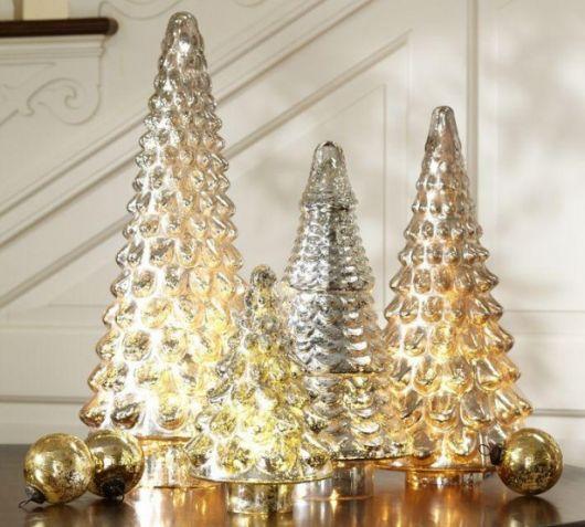 árvore de natal dourada com iluminação