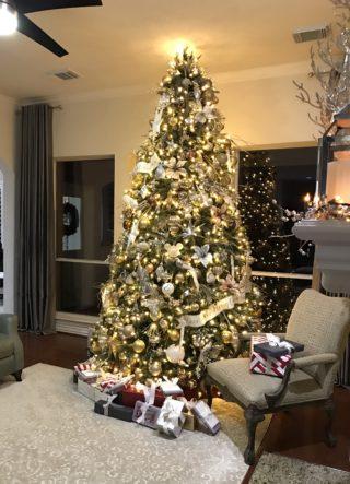 árvore de natal dourada com luz no topo