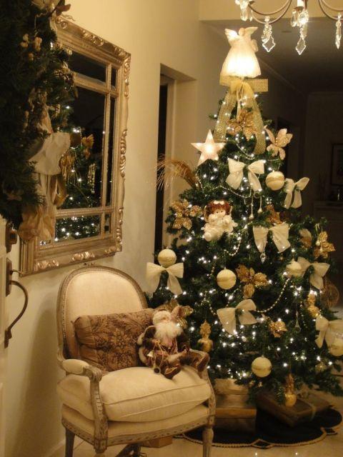 árvore de natal dourada com laços e bolas