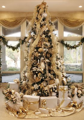 árvore de natal dourada com fita de tule