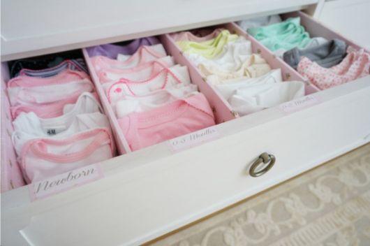 como organizar gavetas com roupa de bebê