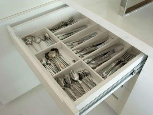 como organizar gavetas com talheres