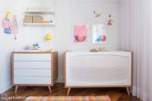 cômoda para quarto de bebê branca com madeira