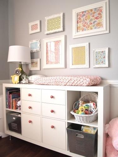 cômoda para quarto de bebê com nichos