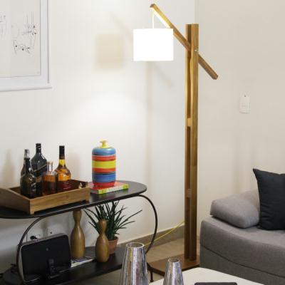 luminária de madeira de piso