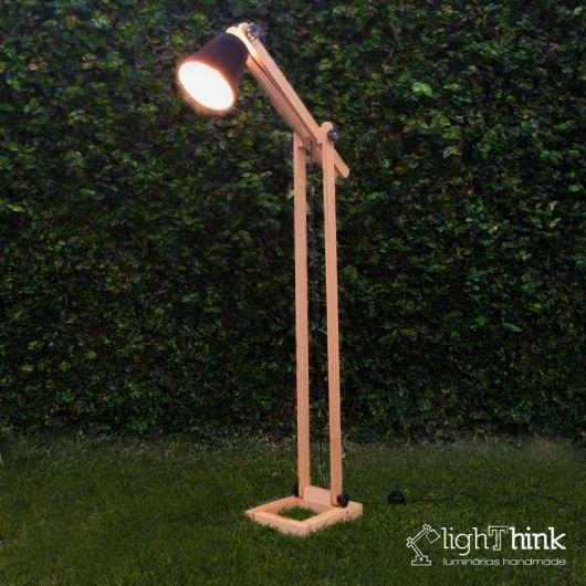 luminária de madeira de piso diferente