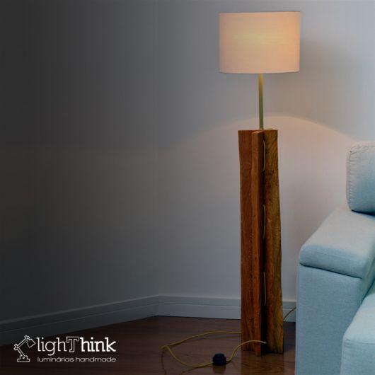 luminária de madeira de piso na sala