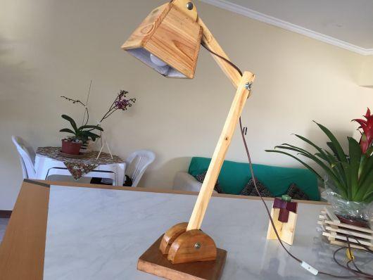 luminária de madeira de mesa irreverente
