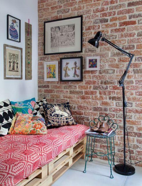 papel de parede de tijolinho no quarto cama de pallet