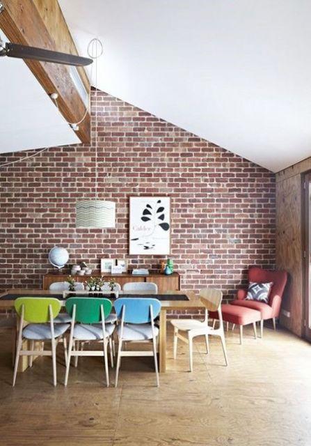 decoração com papel de parede vermelho de tijolinho