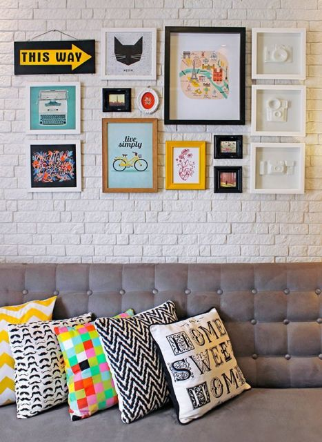 decoração de sala com papel de parede de tijolinho