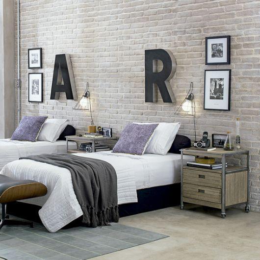 papel de parede de tijolinho no quarto de adolescente