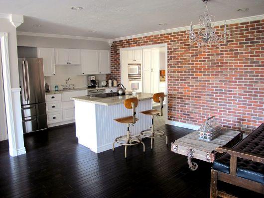 papel de parede de tijolinho na cozinha americana