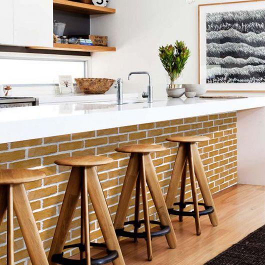 papel de parede de tijolinho na cozinha balcões