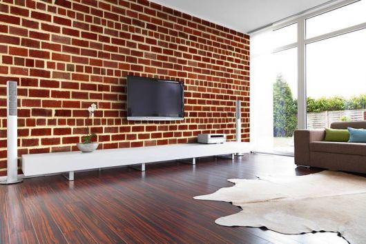 sala com papel de parede vermelho de tijolinho