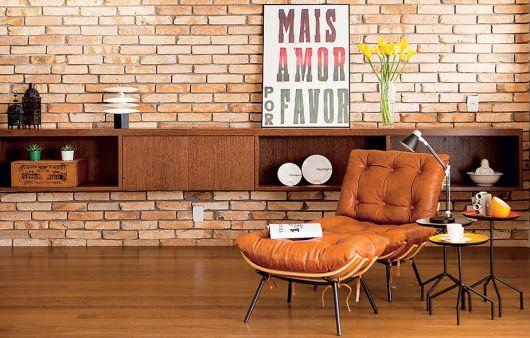 sala com papel de parede de tijolinho marrom