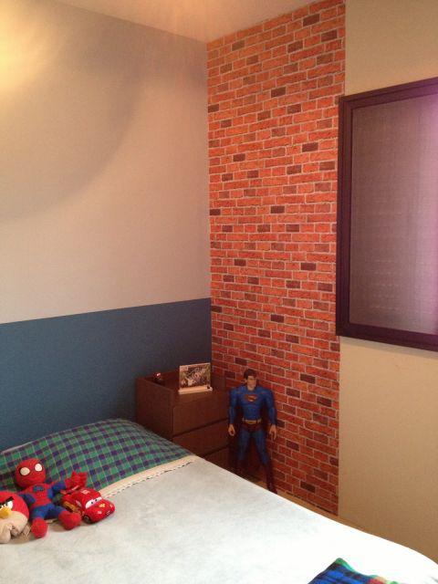 papel de parede de tijolinho no quarto infantil