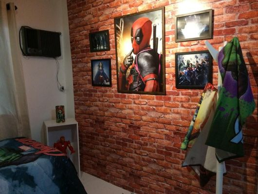 quarto com papel de parede vermelho de tijolinho