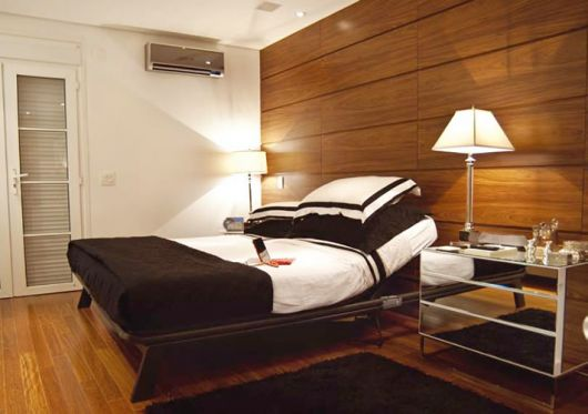 parede de madeira atrás da cama